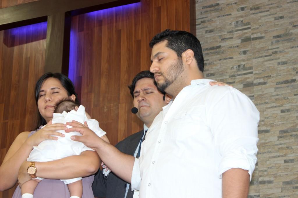 Los padres de Piero junto al Ps. Tito en el momento de la oración