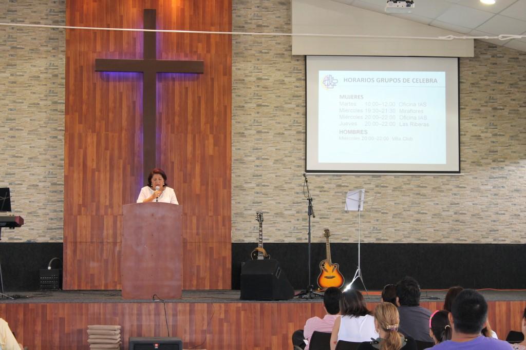 La Hna. Marlene Vélez leyendo su testimonio